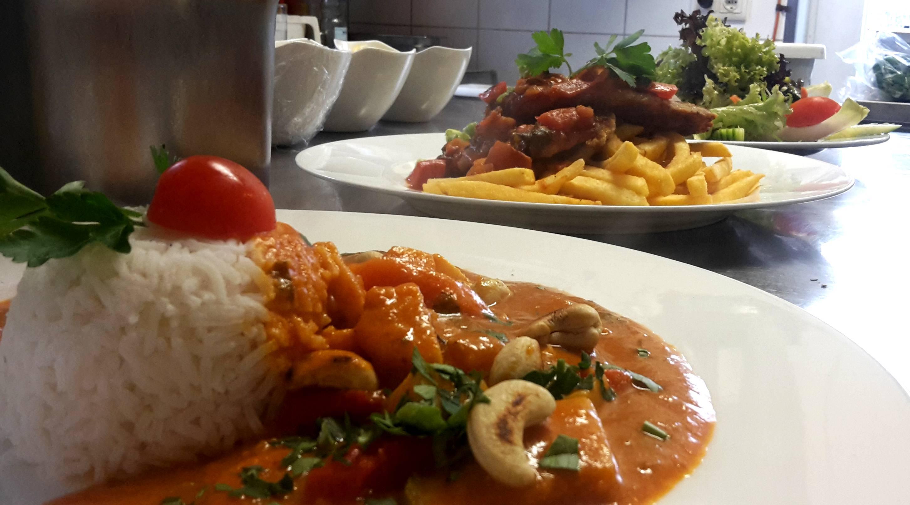 Unser Mittagstisch verwöhnt Sie mit einer ausgewogenen Wochenkarte und dem jeweiligen Gericht des Tages.