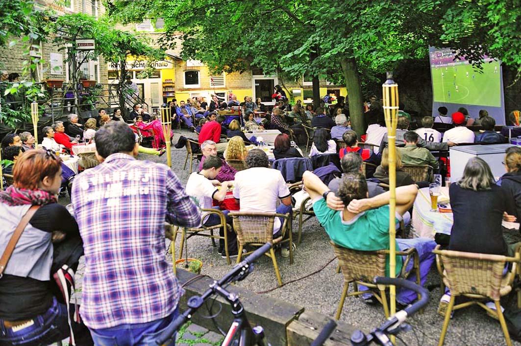 Die Fußball-EM Frankreich 2016 findet im Innenhof des Restaurant Cafe Kostbar statt, und zwar auf dreimalzweimeterfuenfzig Großbildleinwand.